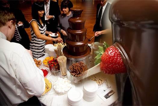 фото и принцип пользования шоколадным фонтаном