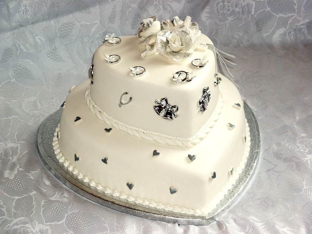 Свадебный торт по форме сердца