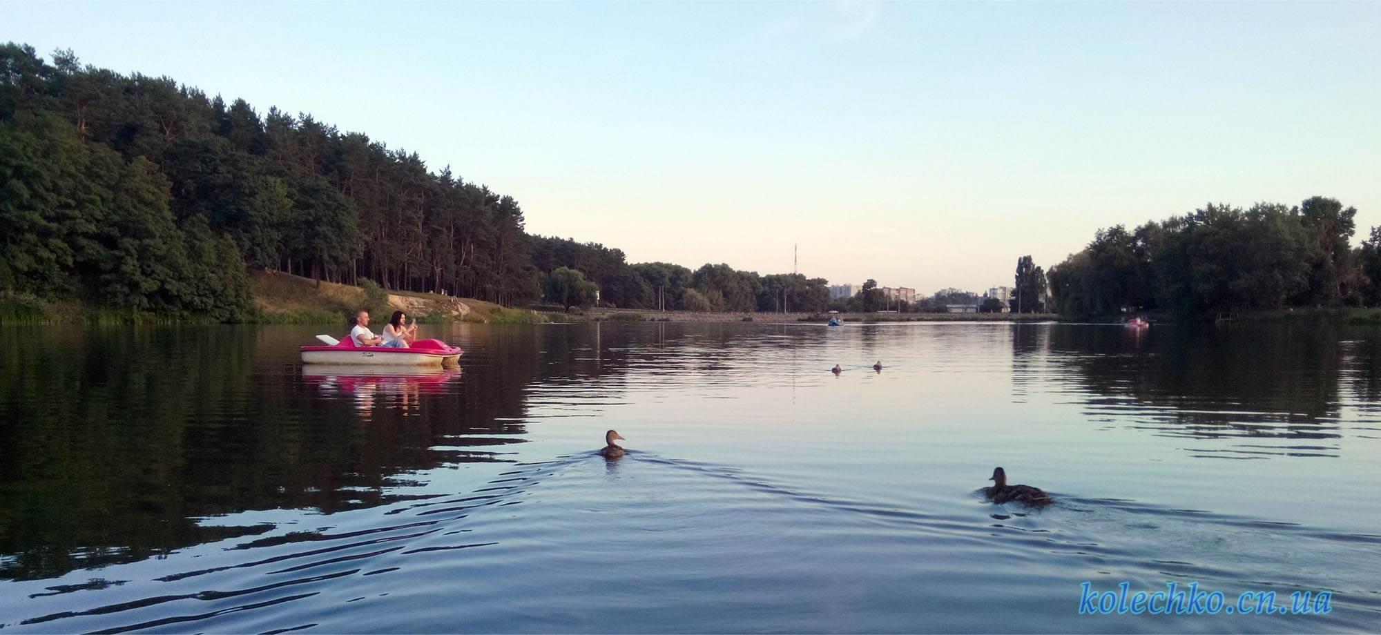 Катамаран в Чернигове на реке Стрижень