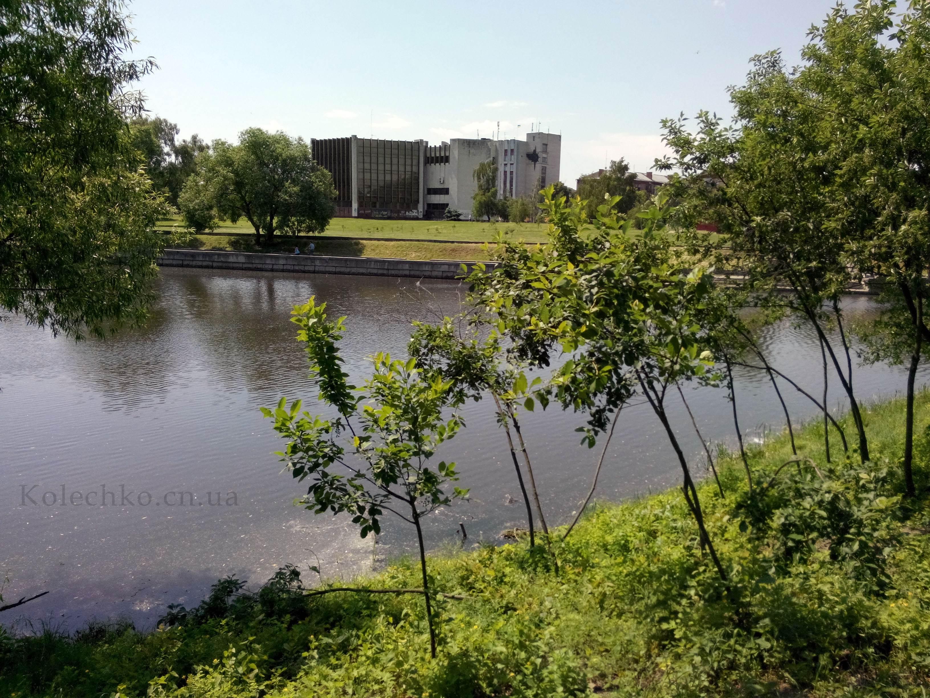 Фотография загса в Чернигове со стороны Стрижня