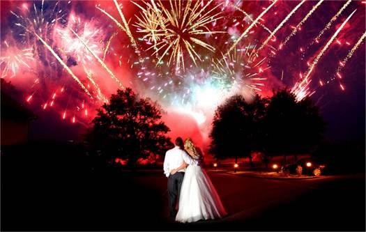 яркий салют на свадьбе